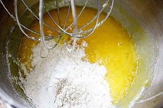 تصویر آرد در تخم مرغ