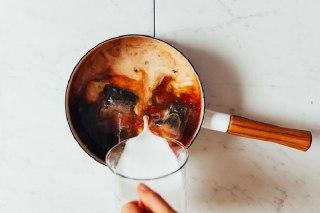 تصویر اضافه کردن شیر به چای