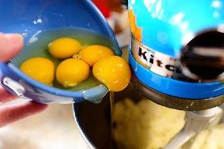 تصویر ریختن تخم مرغ