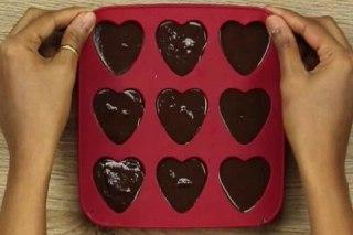 تصویر ریختن شکلات در قالب