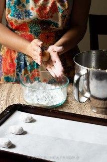 تصویر فرم دادن به خمیر شیرینی بادامی ایتالیایی