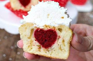 تصویر قلب داخل کاپ کیک