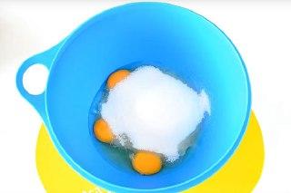 تصویر کیک کنجدی تخم مرغ