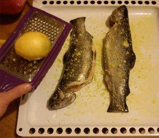 ماهی بریان شده با سبزیجات در فر